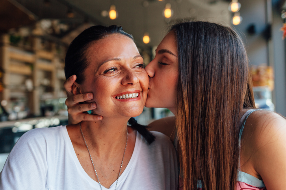Djevojke koje imaju blizak odnos s majkom ne upuštaju se rano u spolne odnose