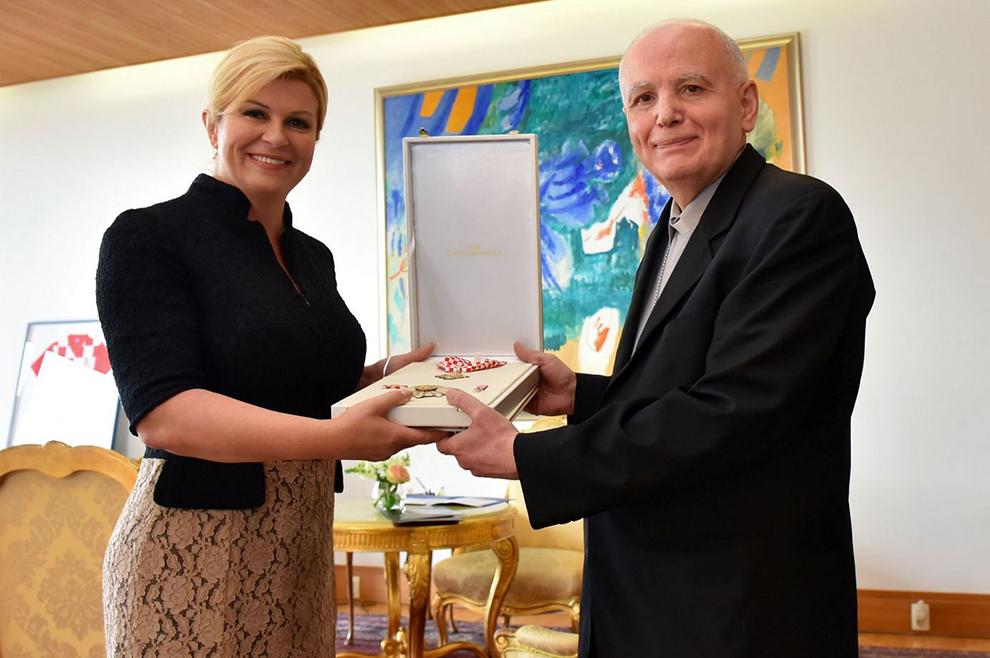 Predsjednica Grabar-Kitarović odlikovala apostolskog nuncija Redom kneza Trpimira s ogrlicom i Danicom