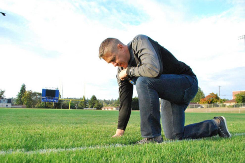 Trener američkog nogometa otpušten jer se pomolio nakon utakmice