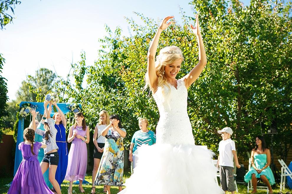 Je li bacanje buketa i kravate na vjenčanju praznovjerje?