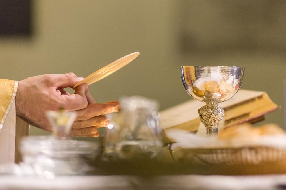 Kako mogu vjerovati da običan kruh i vino postaju Kristovo tijelo i krv?