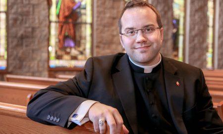 Svećenik koji uvijek ima uza se svetu vodu