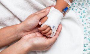 Roditelji iz Ujedinjenoga Kraljevstva bore se sa sudovima za živote svojih beba