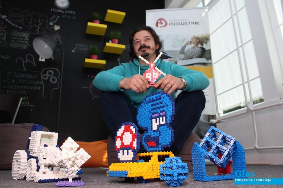 Albert Vučinović pokazuje razne modele igračaka napravljene od svojih iznimno funkcionalnih, univerzalnih kockica.