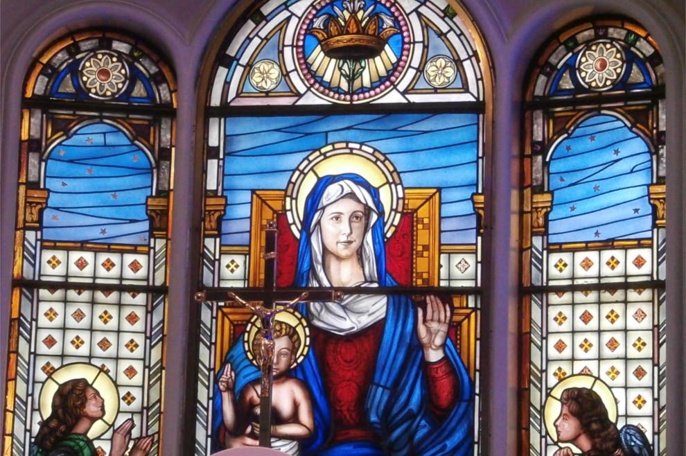 Lik Gospe na vitraju u kapelici bolnice u San Giovanni Rotondu skriva zanimljivu priču
