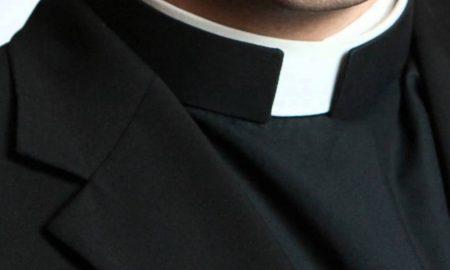 Zašto svećenici nose bijeli kolar/ovratnik