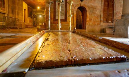 Podizanje mramorne ploče iznad Isusova groba
