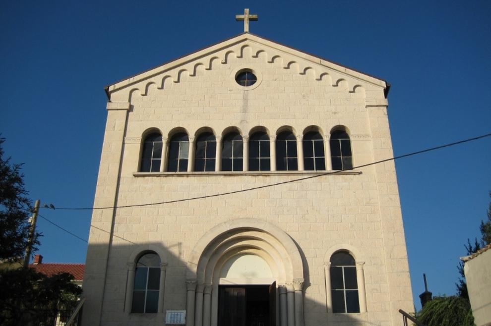 Nepoznati počinitelj razbio prozor na crkvi u Crikvenici