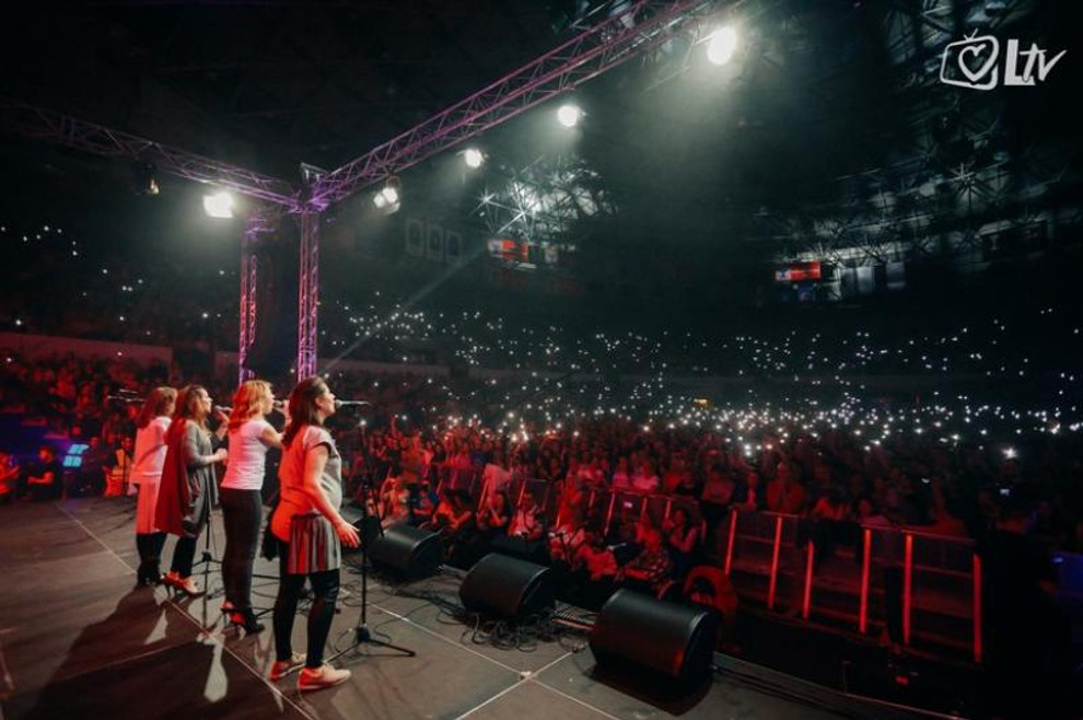 """Više od 6000 ljudi slavilo je Gospodina pjesmom na koncertu """"Progledaj srcem"""" u organizaciji Laudato televizije"""