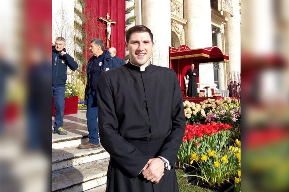 Mladi sjemeništarac koji je nosio križ na svečanoj uskrsnoj misi u Vatikanu iznenada preminuo