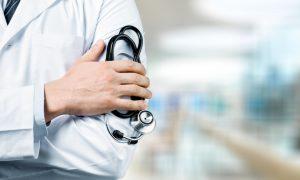 Liječnik s 26 godina staža dobio otkaz jer smatra da je spol određen rođenjem