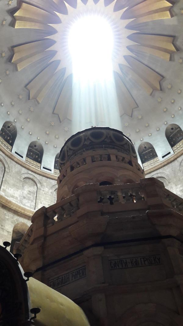 Svjetlost koja dopire ravno iznad Isusova groba i mjesta uskrsnuća