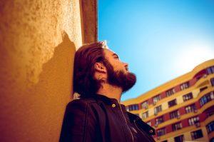 Čovjeku koji gleda u oblake