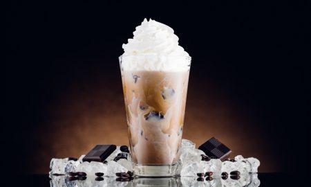 Osvježavajući napitak za ove vruće dane ledena kava sa šlagom