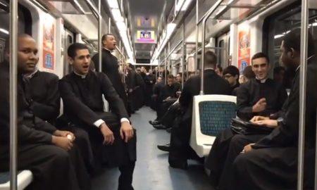 Pogledajte kako su sjemeništarci iz Brazila uljepšali dan putnicima u podzemnoj željeznici