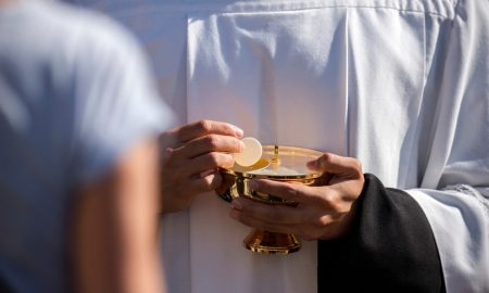 uharistijsko čudo na svečanoj uskršnjoj misi: Dok je svećenik lomio hostiju, iz nje se izlila krv…