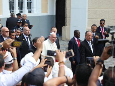 Papa Franjo mladima darovao 6000 krunica