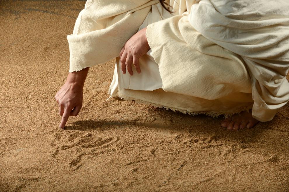 Fra Tomislav Pervan: Što je Isus pisao po pijesku kad su mu farizeji doveli ženu koju su uhvatili u preljubu