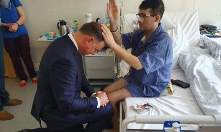Dirljiv prizor: Poljski predsjednik primio blagoslov od teško bolesnog svećenika
