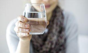 Foto: Shutterstock Profesor, uzevši čašu punu vode, započne predavanje. Čašu podigne visoko, tako da je mogu vidjeti i studenti u stražnjim klupama. – Što mislite, koliko je teška ova čaša? – upita. – Pedeset grama. Sto grama. Sto dvadeset i pet grama – nagađali su studenti. – Može biti. Ne znam koliko je teška. Dok je ne izvažemo, ne možemo biti sigurni – odgovori im profesor. – Zapravo sam vas htio pitati nešto drugo. Što će se dogoditi držim li čašu, recimo, nekoliko minuta? – Ništa – odgovore studenti. – Dobro. A što ako je držim ovako podignutu cijeli sat – postavi im novo pitanje. – Počet će vas boljeti ruka – odgovori jedan student. Ruka će vas jako boljeti. Možda će vam se ukočiti mišići. Ili će vam se ruka paralizirati – Točno. A što će se dogoditi ako je držim cijeli dan? – Ruka će vas jako boljeti. Možda će vam se ukočiti mišići. Ili će vam se ruka paralizirati. Možda vas i ukliješti u leđima. Na kraju biste mogli završiti kod doktora. – Vrlo dobro – kaže profesor i upita: – Dok se sve to događa, što mislite, je li se promijenila težina čaše? – Nije! – odgovore studenti. – Pa što je onda uzrok grčenju mišića i boli u ruci? Što trebam napraviti da se oslobodim boli? – Pustiti čašu! Studenti su bili zbunjeni. – Što trebam napraviti da se oslobodim boli? – nastavi profesor. – Pustiti čašu! – začuje se odgovor. – Da. To je odgovor. Pustiti čašu – uzvikne profesor. Misliti o problemima nekoliko minuta, normalna je stvar. Ali ako probleme zadržavate u umu duže vremena... – Isto se događa i s problemima koji vas muče. Misliti o njima nekoliko minuta, normalna je stvar. U tome nema ništa lošeg. Ali ako probleme zadržavate u umu duže vremena, osjetit ćete bol. Radite li to predugo, osjetit ćete se paralizirano. Nećete biti u stanju raditi ništa drugo. Dobro je razmišljati o raznim događajima ili doživljajima i izvoditi zaključke, no još je važnije znati kako na kraju svakog dana osloboditi um od problema, pustiti ih da 'padnu' prije nego utonete u san. Tako ćete s