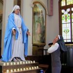 NASMIJ SE Kad te iznenadi kip u crkvi…