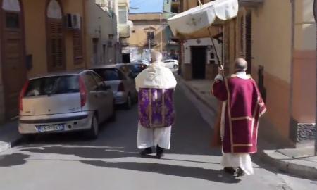 VIDEO Procesija s Presvetim Sakramentom po praznim ulicama u Italiji