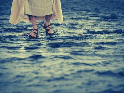 Isus hoda po vodi