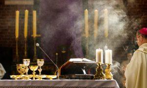Zašto svećenik ljubi oltar