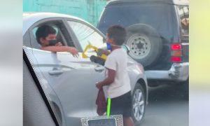 Dječak dijeli svoje igračke sa siromašnim vršnjakom
