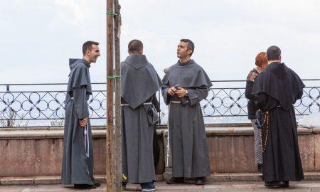 Dominikanac, franjevac i isusovac razmišljaju kako podijeliti jedno jaje