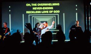 Ako slavljenje započneš s traženjem onoga što Duh čini, On će ti pokazati kako ćeš istu pjesmu pjevati u novome pomazanju