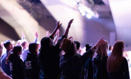 Punu Crkvu, ali bez uvjerenih kršćana, vodi i oblikuje lažni prorok