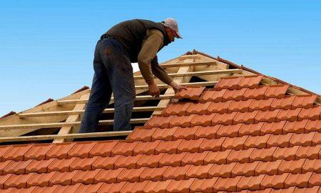 Popravlja neki škrtac krov pa se oklizne