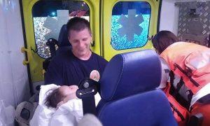 vatrogasac s bebom u narucju
