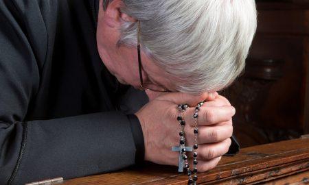 Želio je poći biskupu i tražiti premještaj, kada je, moleći pred raspelom, čuo riječi: 'Slobodno odi, ja ću ostati'