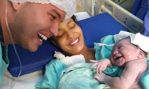 OSMIJEH ZA OCA Tek rođena beba prepoznala tatin glas jer ga je svakodnevno slušala u trbuhu