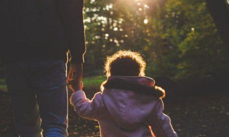 Zamisli malenu djevojčicu koja držeći oca za ruku hoda kroz gusti gradski promet...